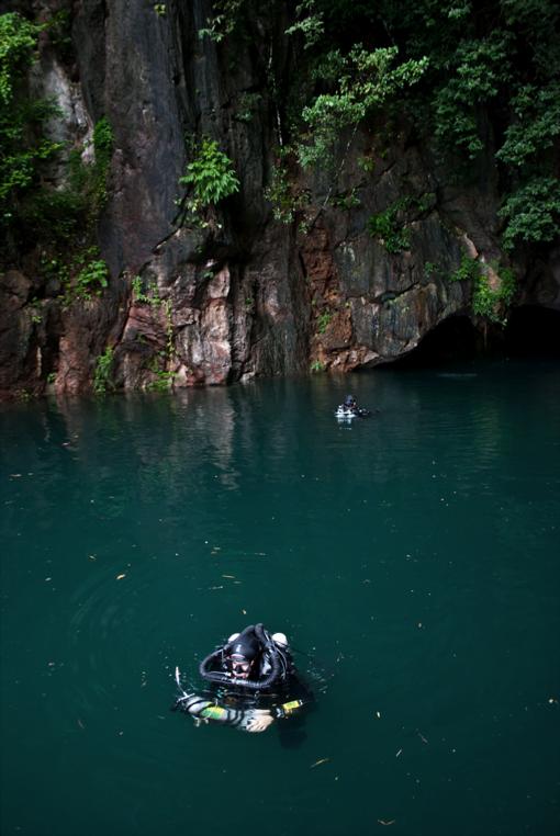 cave_diving_teamwork
