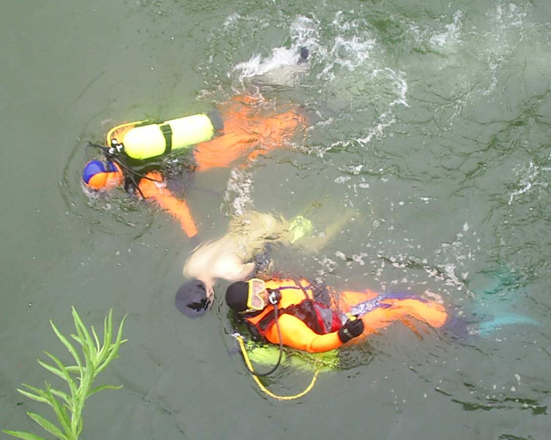 2 PS divers recover body