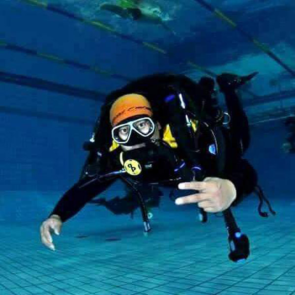 Do Hyung Kim - pool scuba diving peace sign